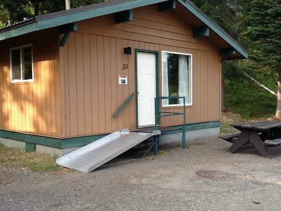 Manning Park Resort: Standard cabin w/wheelchair access.