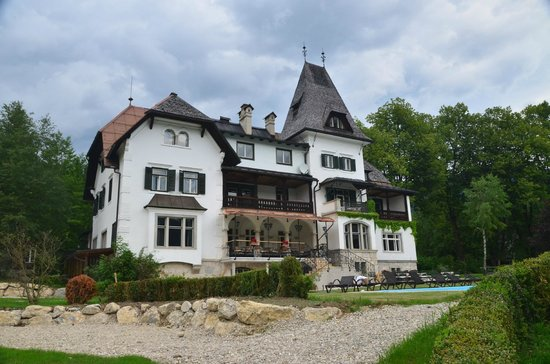 Landhaus Koller: Hotel Exterior. In the middle is the dining terrace.  Also a pool on this side facign the mounta