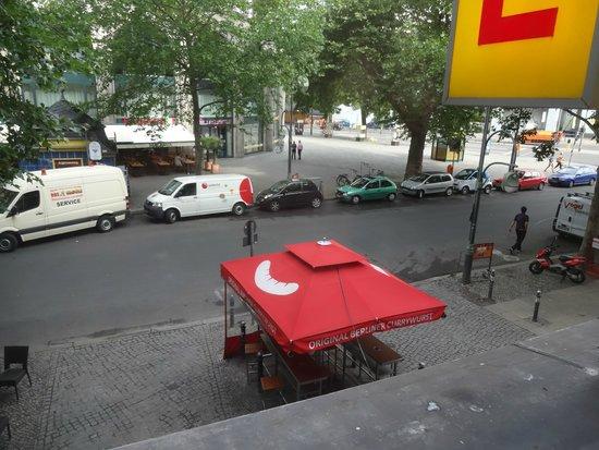 Berolina an der Gedächtniskirche: Vista da rua da janela do quarto