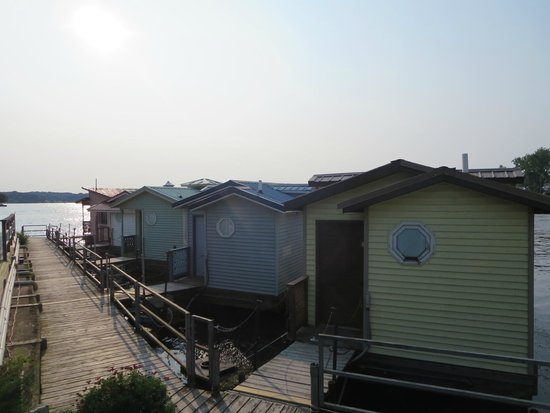 The Blue Heron Inn: View of the floating cabins, we were in the first one