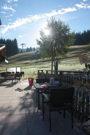 Hôtel Spa Crychar : table de petit déjeuner en terrasse
