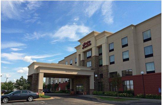 Hampton Inn & Suites Rogers: Hotel Entrance