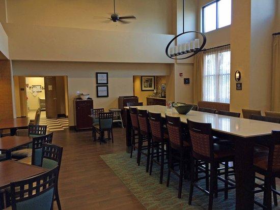 Hampton Inn & Suites Rogers: Breakfast Area