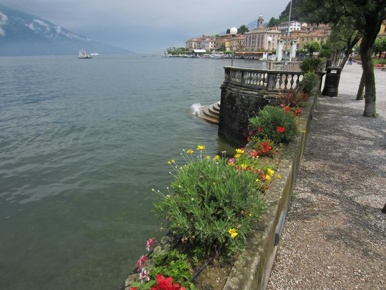 Hotel Excelsior Splendide : Walking along Lake Como