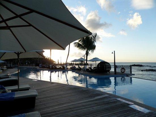 Le Meridien Fisherman's Cove: Coucher du soleil depuis la piscine