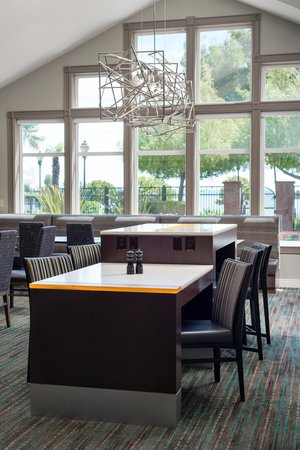 Residence Inn San Francisco Airport/Oyster Point Waterfront: Communal Table