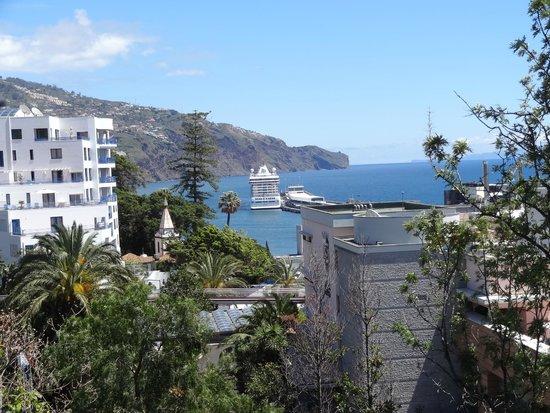 Pestana Carlton Madeira : Udsigt til havnen og krydstogtskibene