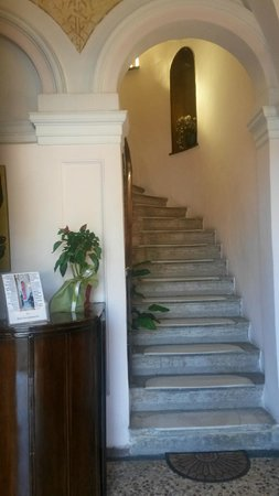 Konstantinoupolis Hotel: ingresso ..c'è anche l'ascensore