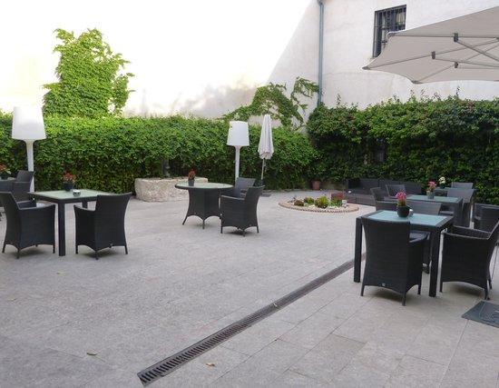 Hospes Palacio del Bailio: Hotel courtyard