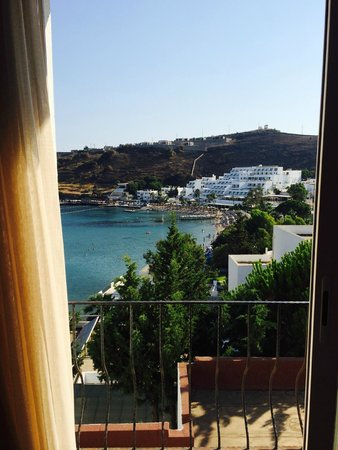 Hotel Mavi Kumsal: View looking at opposite hotel
