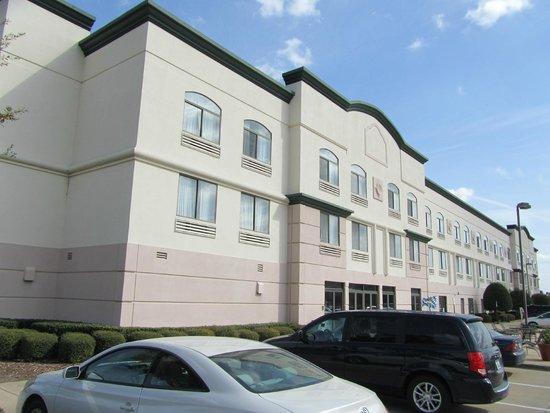 Wingate By Wyndham Las Colinas : Hotel building