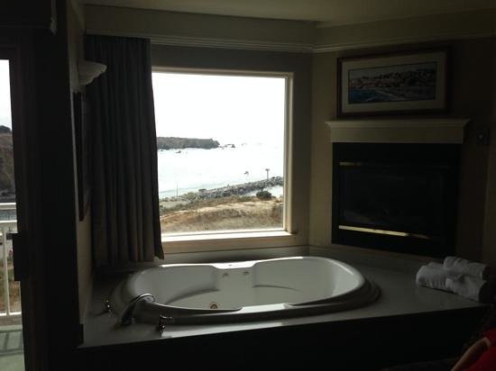 North Cliff Hotel : jetted tub and fireplace