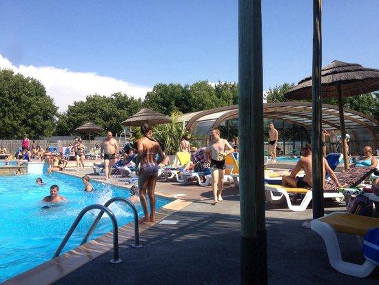 Aloa Vacances - Camping Oléron Loisirs: Un bassin à l'extérieur et un bassin chauffé qui se couvre suivant le temps