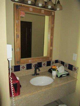 La Hacienda Inn Alamodome/Riverwalk: Waschbecken mit Spiegel