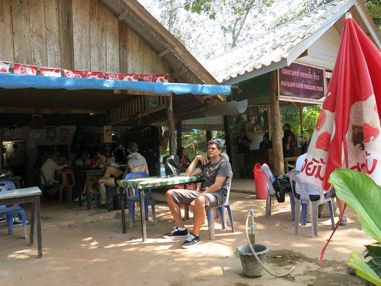 Khao Mai Kaew Cave : waiting for the tour to start, you can buy crepe, there're very good