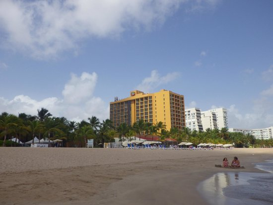 Courtyard Isla Verde Beach Resort: Hotel from beach