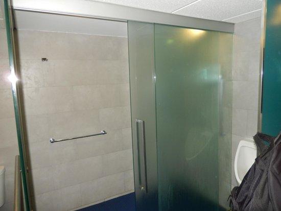 Courtyard Isla Verde Beach Resort: Fitness center shower