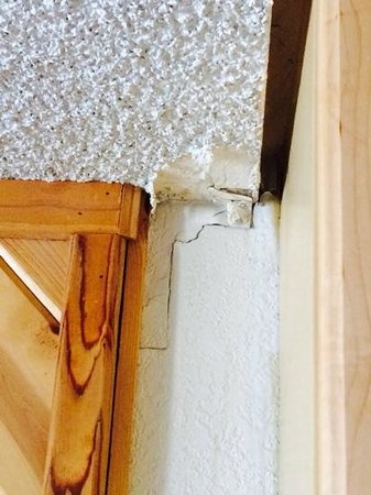 Cabins4less: One of many cracks in the room...