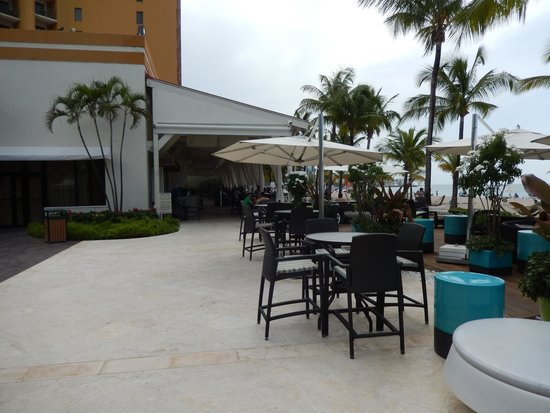 Courtyard by Marriott Isla Verde Beach Resort: Patio area by family pool area