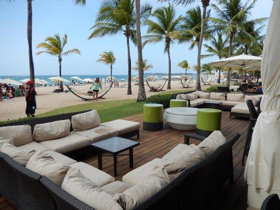Courtyard Isla Verde Beach Resort: Outside seating area