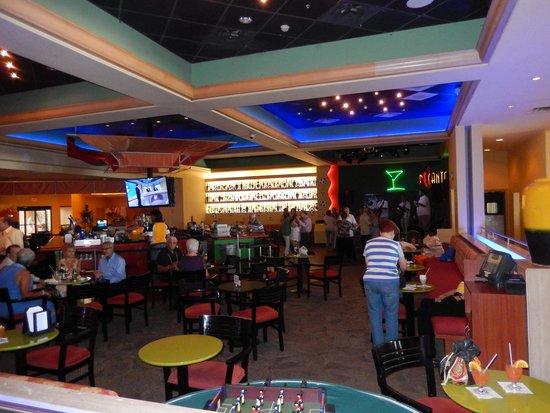 Courtyard Isla Verde Beach Resort: Live bands/ bar area