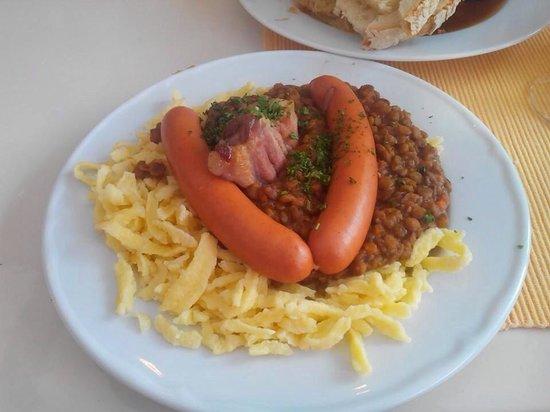Rathausmarkt: Saucisse spetzle lentilles