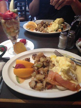 Bienvenue Chez Oeufs : Bénédictines au saumon avec extra fruits dans la coupe, l'assiette en face : bénédictines aux ép