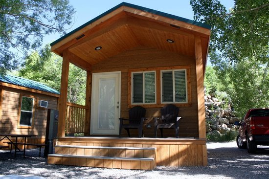 Glenwood Canyon Resort : front of the deluxe camper cabins facing the river