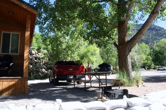 Glenwood Canyon Resort : picnic area outside our cabin