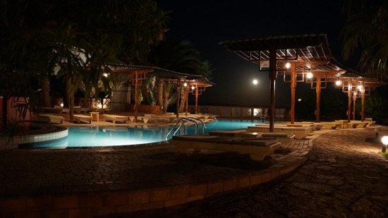 Nesima Resort and Dive Center : la piscine un soir de pleine lune