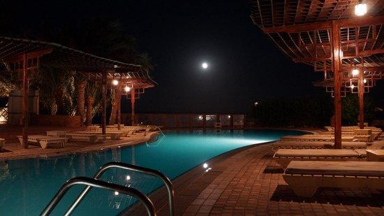 Nesima Resort and Dive Center : la piscine de nuit