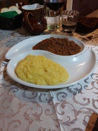 Pontenure, Italy: Carne trita di cavallo cotta con polenta