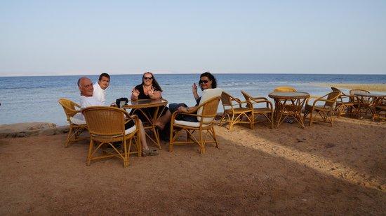 Nesima Resort and Dive Center : les tables du resto de l'hôtel, en bord de mer