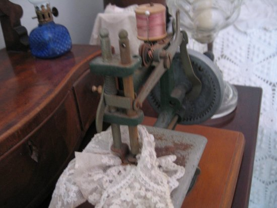 Sunbury Plantation House: Old sewing machine