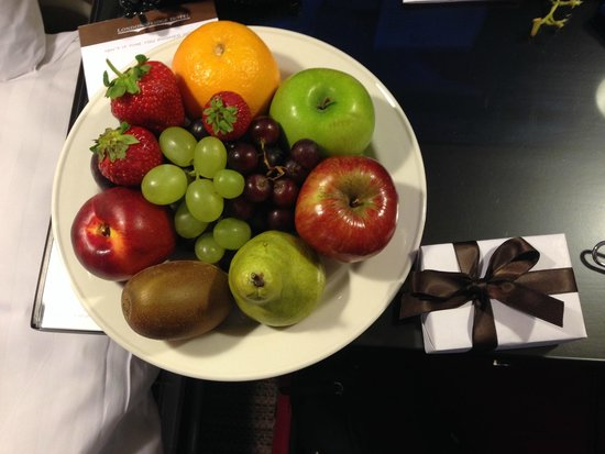 London Bridge Hotel: Surprise Plate of Fresh Fruit & Chocolate from the Hotel