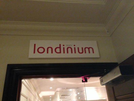 London Bridge Hotel: Restaurant Downstairs (Breakfast is Served Here)