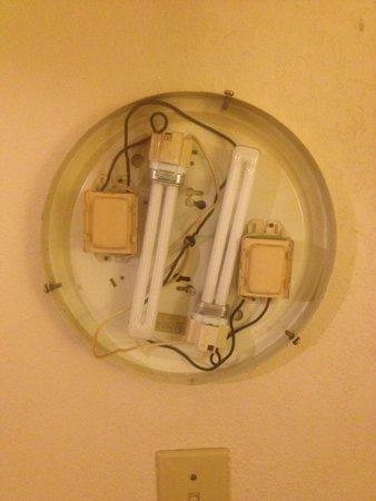 Super 8 Pensacola N.A.S. Corry: Light broke safety hazard