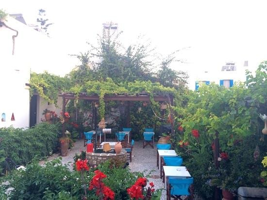 Eleni Rooms: giardino vista camera