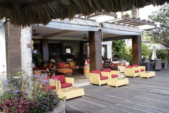 Le Meridien Fisherman's Cove : Lounge area by the swimming pool.