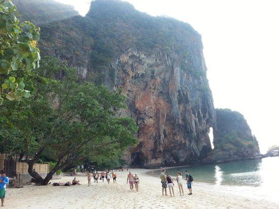 Pranang Cave: a caverna fica na base desta enorme rocha