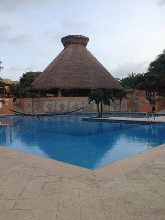 Viva Wyndham Azteca: Pool mit Poolbar El Cenote