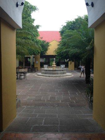 Viva Wyndham Azteca: Innenhof mit Blick Richtung Rezeption