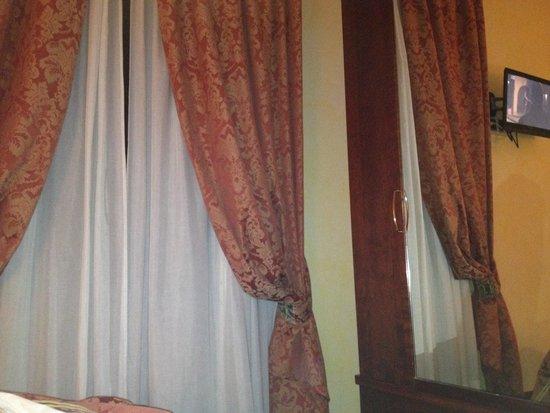 Aurora Hotel: Particolare della stanza