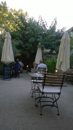 Le clos Saint-Roch : the terrace around 9pm