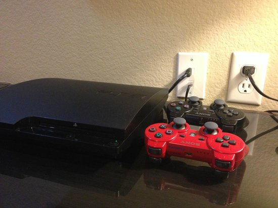 Best Western PREMIER Crown Chase Inn & Suites: PS3 working great with HDMI plus wifi and dedicated Ethernet cable internet too!