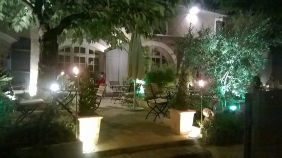 Le clos Saint-Roch : lovely nighttime view