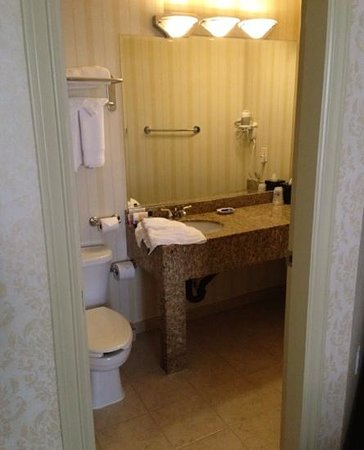 BEST WESTERN PLUS Uptown Hotel: Bathroom, room 201 (bath and shower are to the left behind the door)