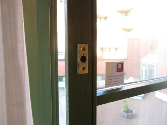 Leonardo Hotel Mannheim City Center: Wheres the handle??? The window that won't close.