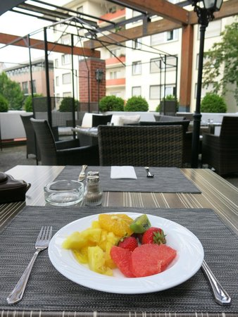 Leonardo Hotel Mannheim City Center: Fruit to start with ! - breakfast on the terrace - nice.