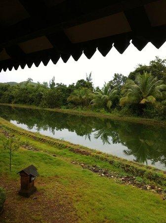 SwaSwara: Vue du Flat-House=> Canal réserve d'eau selon le principe:CGH:Clean,Green,Healthy.